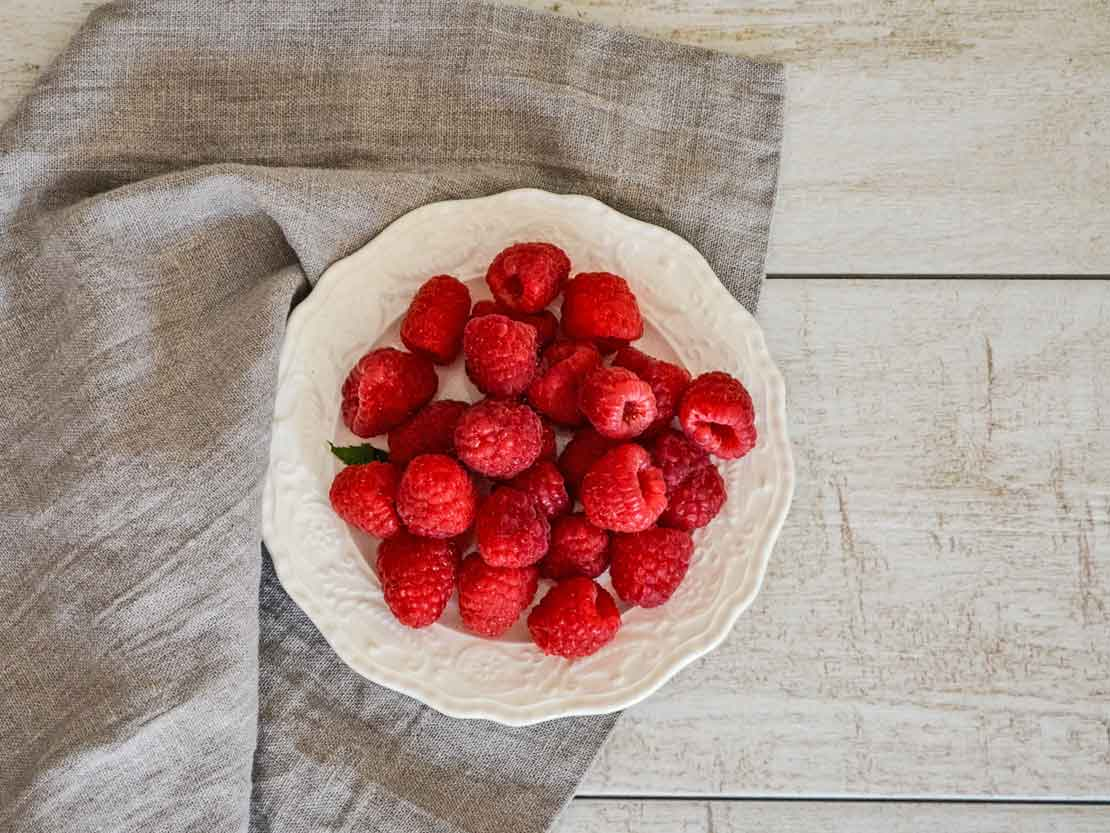 Different way of eating strawberry, the luxurious fruit